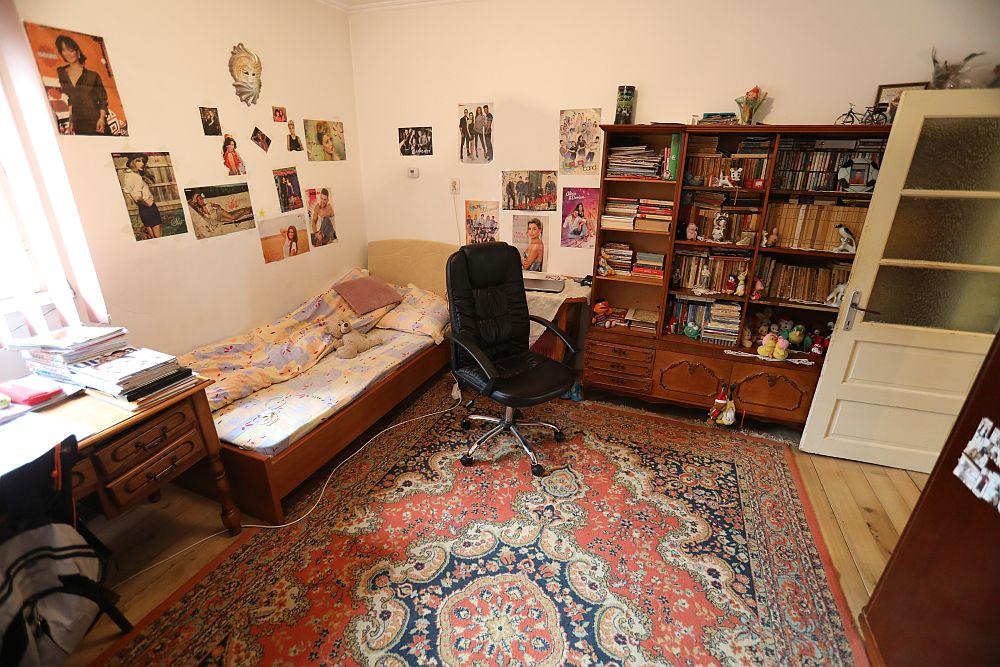 Livingul înainte de renovarea făcută de către echipa Visuri la cheie. Inițial camera era a Iuliei. Unde se vede biblioteca, peretele a fost decupat și deschis către bucătărie.