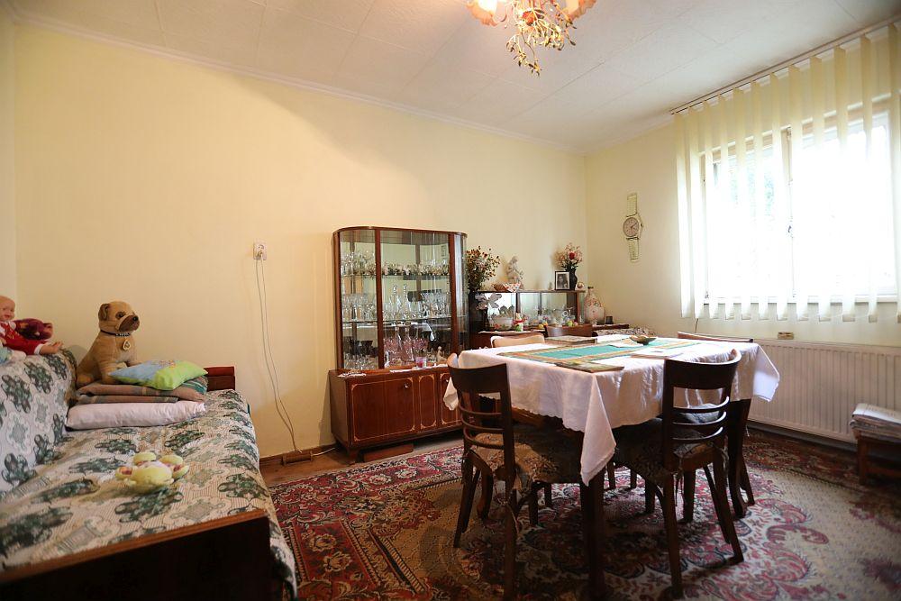 Camera înainte de renovarea făcută de către echipa Visuri la cheie. Fosta sufragerie a devenit dormitorul mamei.