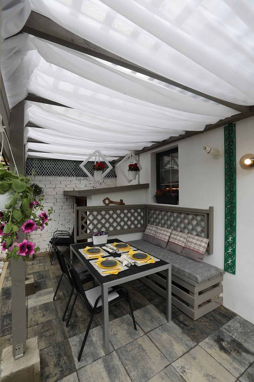 Deasupra materialului textil ce decorează terasa sunt panouri de policarbonat care o protejează de intemperii. Accesul la pivniță s-a păstrat și se face tot din această zonă.