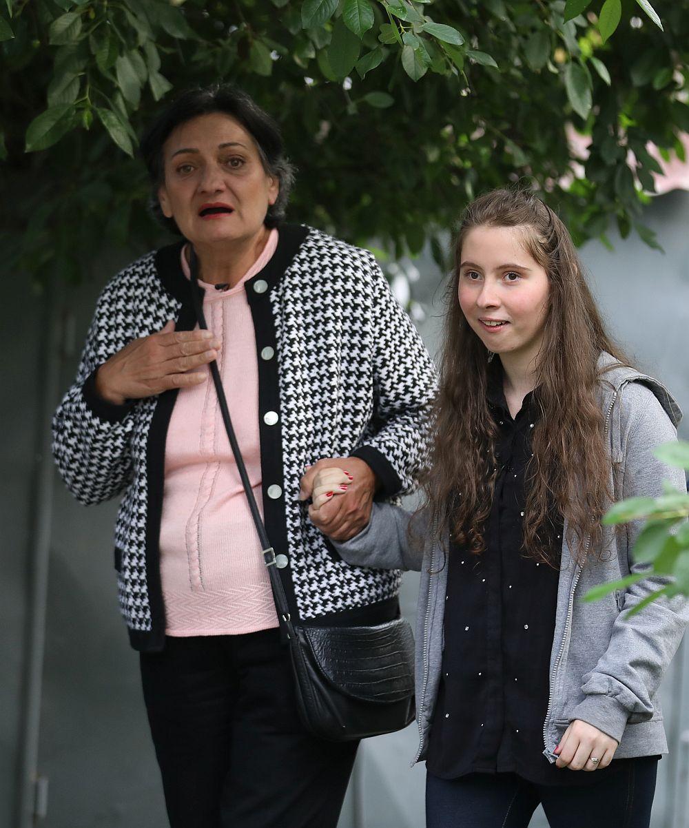 Maria Manta și fiica ei Iulia în momentul când și-au văzut casa renovată de către echipa Visuri la Cheie.