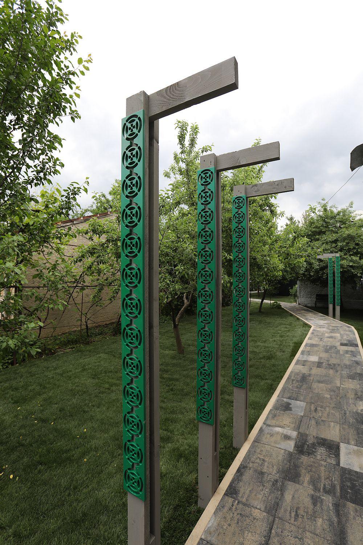 Aleia lungă ce duce înspre casă a fost marcată de elemente decorative concepute de către Ciprian, contruite de către meșterii din echipa inginerului Florin Brînzan peste care s-au aplicat decoruri trafoarate executate la Martplast.