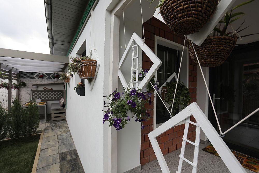 Elementele decorative în formă de romb prezente pe terasă și la intrarea în casă, precum și pe fațada laterală, au fost proiectul meu special. Știam că Mariei și Iuliei le plac florile, așa că m-am gândit să le fac niște suporturi mai interesante pentru flori.