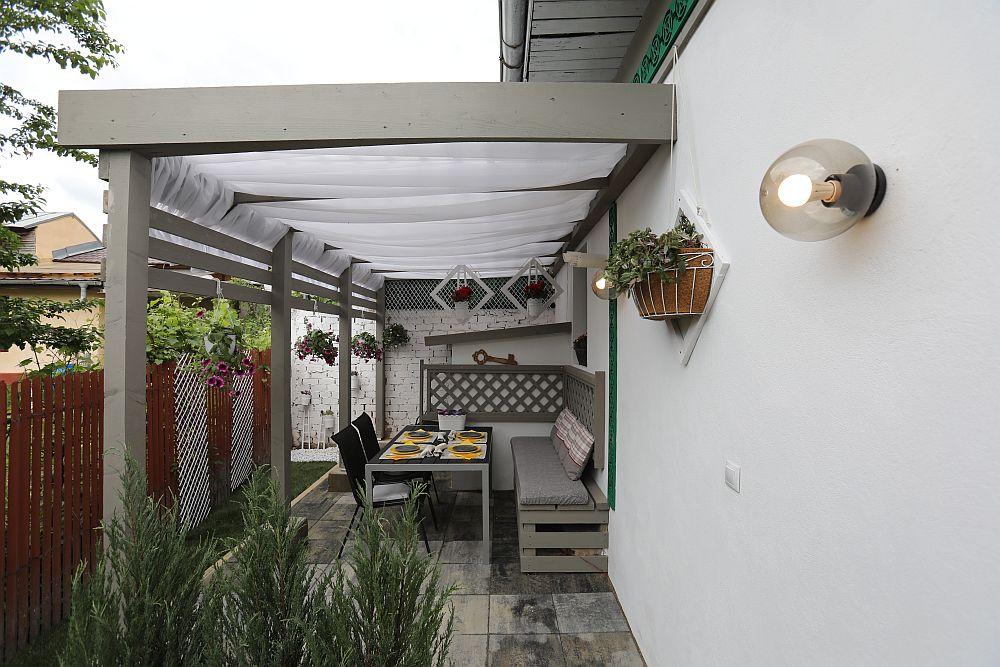 Fosta aplecătoare de lângă casă, unde totul era întunecos, a devenit după renovare un loc de terasă plcăut și luminos.