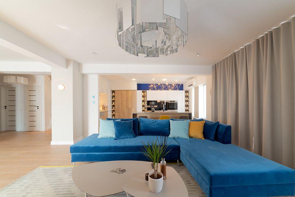 Canapeaua colțar din living a fost realizată pe comandă la Mavinni Mobili și accesorizată cu perne în diferite culori.