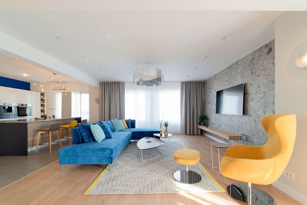 În living canapeaua este orientată către zona de tv, iar covorul este realizat pe comandă la Dare to Rug.