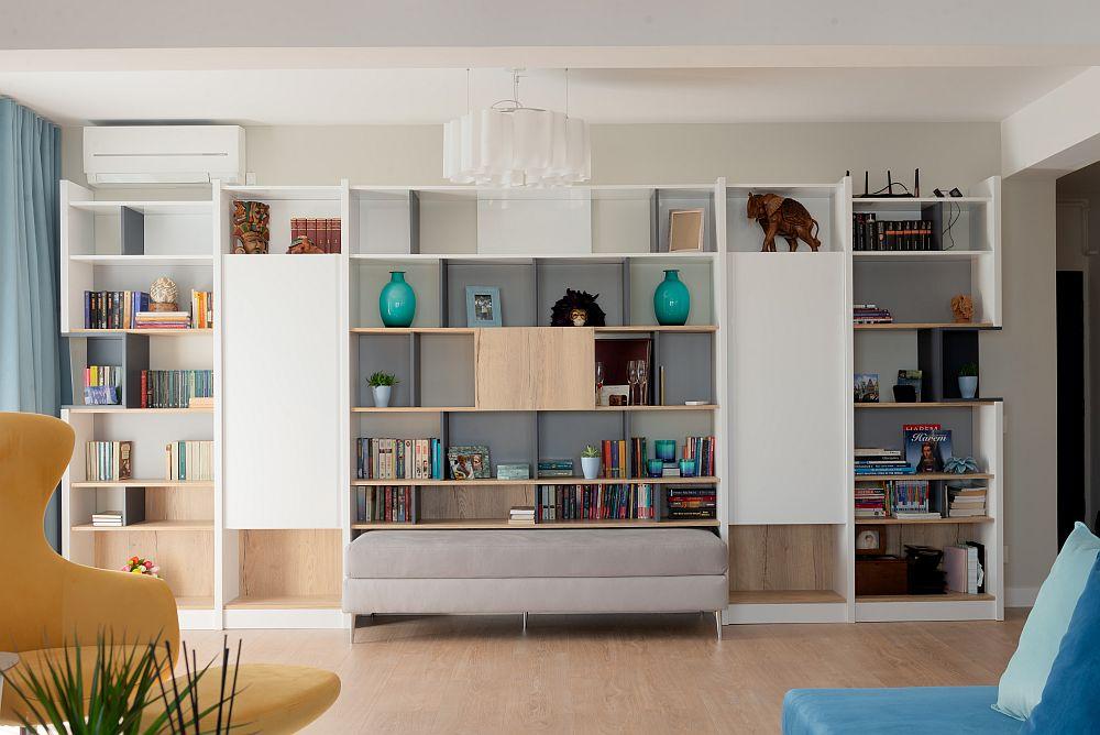 Mobila bibliotecii a fost realizată pe comandă la Mavinni Mobili, la fel și banca tapițată.