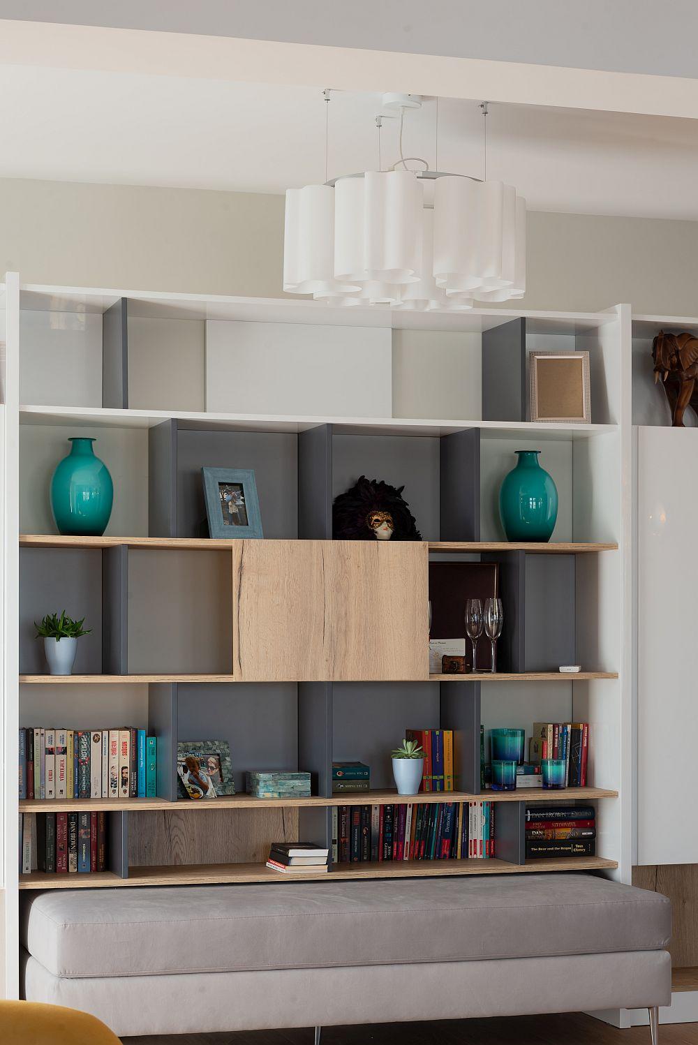 Materialele folosite pentru mobila bibliotecii sunt similare celor folosite în bucătărie, având în vedere faptul că sunt prezente în același spațiu care comunică deschis.