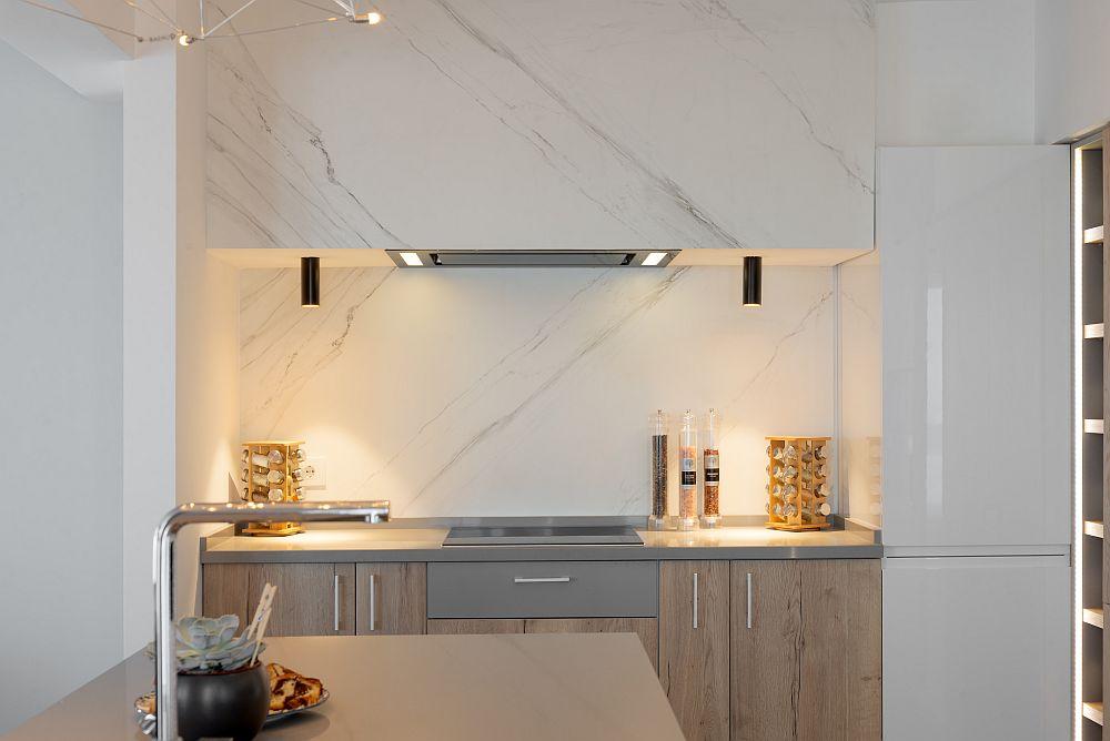 Bucătăria a fost regândită ca spațiu contemporan, în nuanțe deschise și cu texturi naturale. Evident electrocasnicele sunt încorporabile, iar instalația electrică a fost retrasată pentru a permite și iluminat unctul în zonele de lucru.