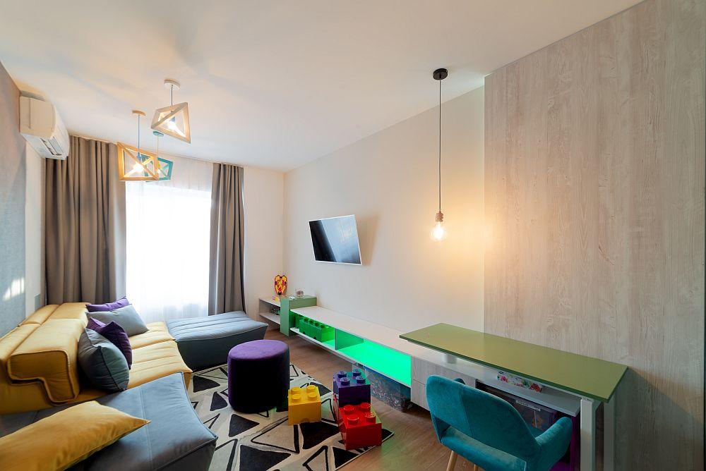 Camera cu destinație de birou, dar care poate deveni și dormitor de oaspeți la nevoie, este amenajată într-o notă mai jucăușă.