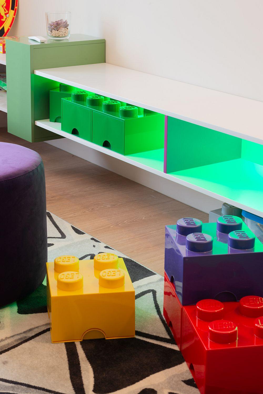 Camera de birou este și cameră de joacă, lucru dorit de proprietari pentru a nu avea în living jucării împrăștiate peste tot.