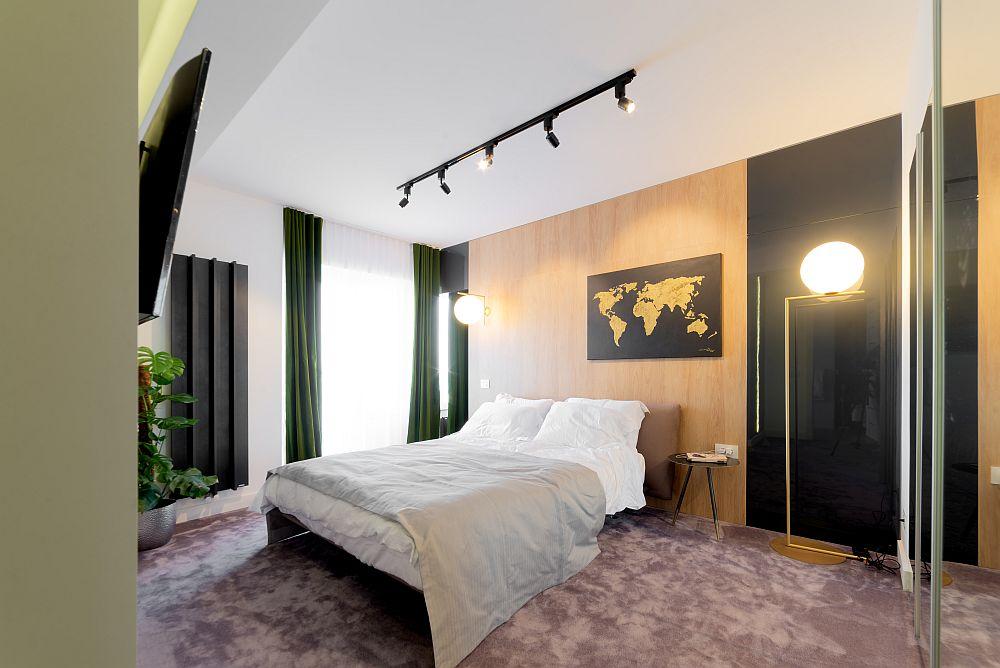 Dormitorul matrimonial s-a dorit să aibă confortul unei camere de hotel premium, în nuanțe odihnitoare.