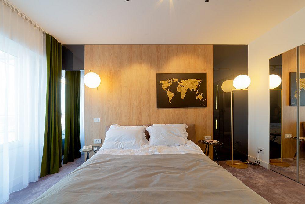 Peretele din spatele patului a fost placat cu PAL care are textură de lemn.
