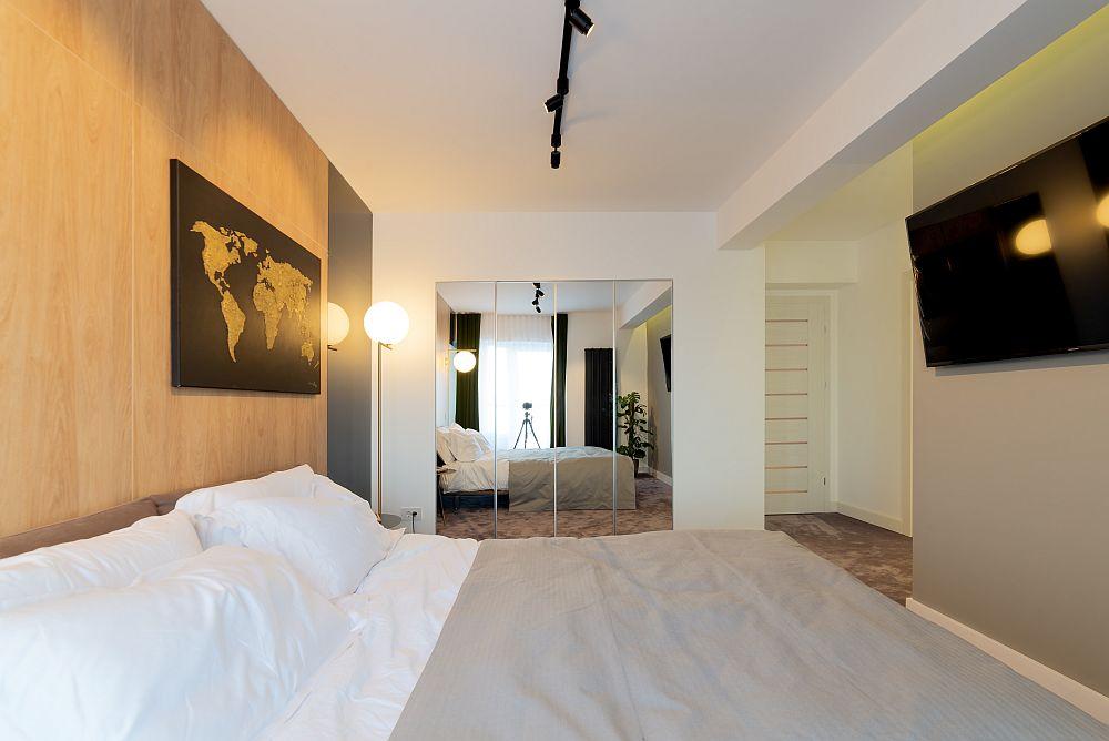 O parte din suprafața dormitorului a fost alocată dressingului. Dulapurile prezente în dormitor au fost placate cu oglinzi pentru a nu încărca spațiul.