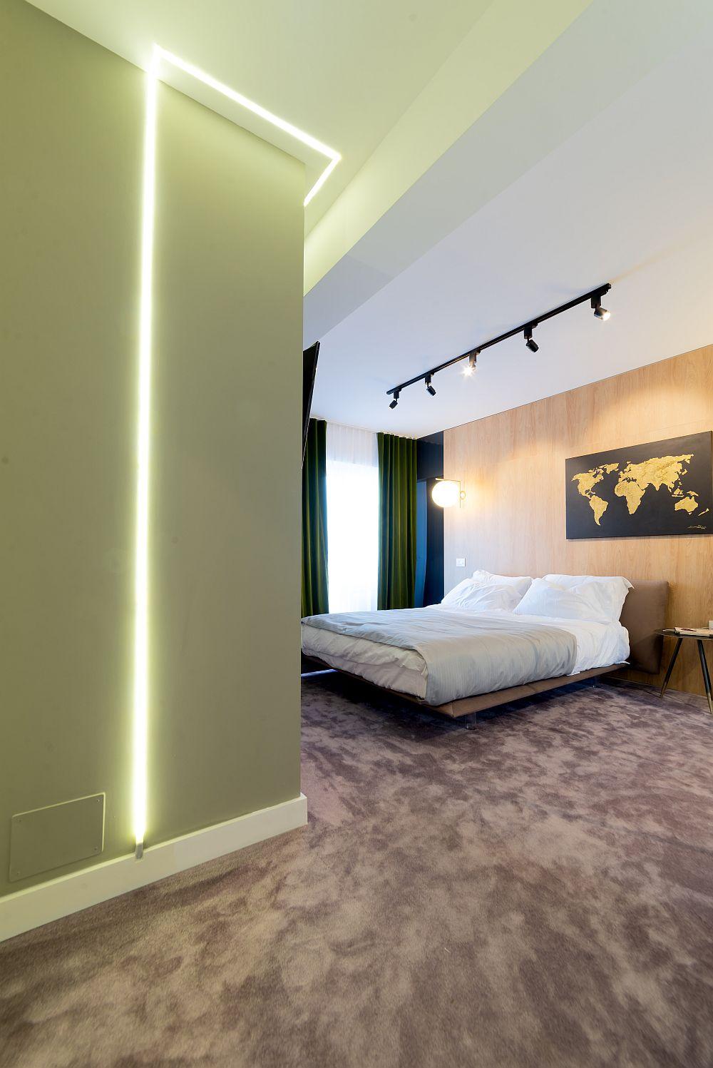 """Patul din dormitorul matrimonial are picioare transparente, pentru a da impresia că plutește peste mocheta catifelată achiziționată de la """"Construma"""" din Cluj."""