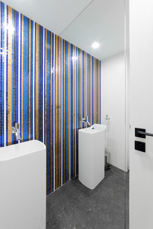Obiectele sanitare din baia de serviciu sunt achiziționate de la DHD Amenajări interioare, iar unul dintre pereți a fost placat în întregime cu oglindă pentru a da impresia de spațiu mai larg, în care se reflectă frumos și desenul mozaicului.