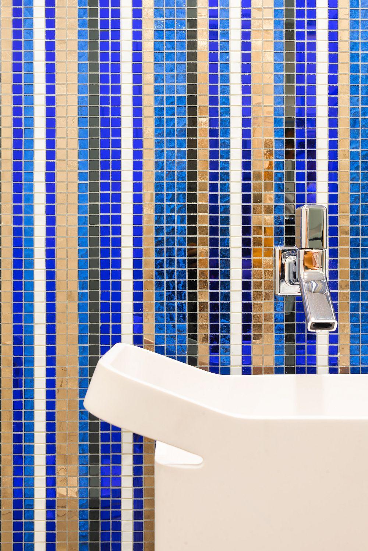 Pe peretele băii de serviciu este montat mozaic prețios de la SICIS, comandat special cu acest desen și în cromatica prevăzută în proiect.