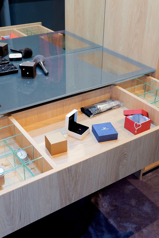 Blatul mesei de toateltă este gândit ca un capac pentru a oferi mai mult spațiu de depozitare la interior.