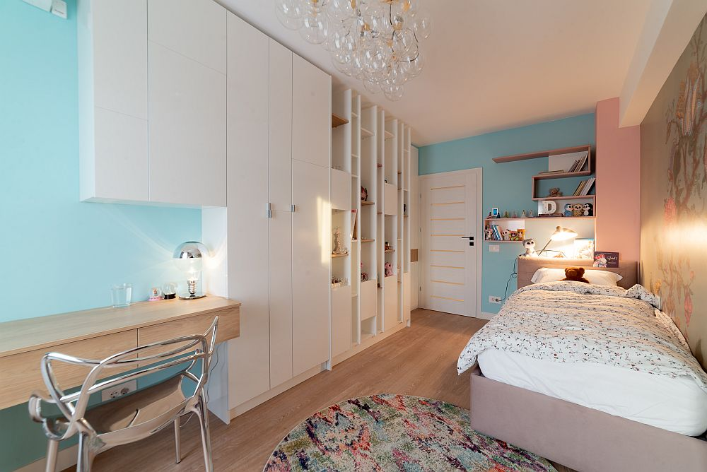 Zona de birou a fost configurată către fereastră și în relație cu dualpul pentru haine. Camera fetiței este una de dimensiuni standard de bloc.