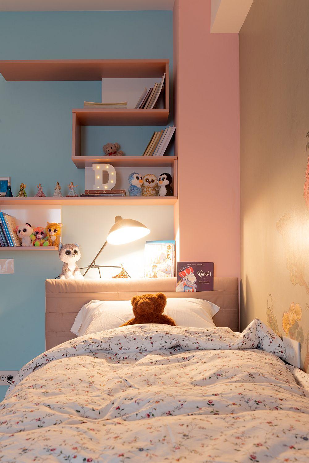 Deasupra tăbliei patului a fost prevăzut un ansamblu de rafturi pentru depozitarea cărților.