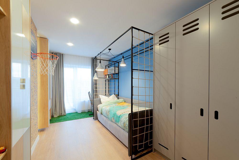 Dulapul este realizat din MDF frezat și vopsit pentru a fi cât mai aproape de imaginea mobilierului de vestiar.