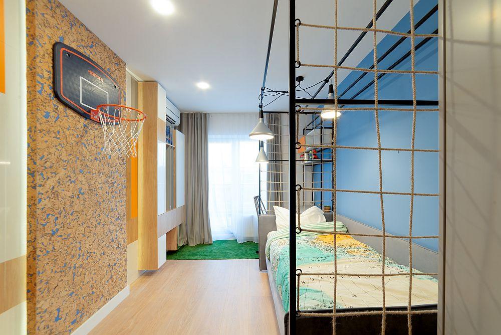 Camera băiatului este gândită în tema vestiarelor de sport americane, de aceea patul este încadrat de plasă.