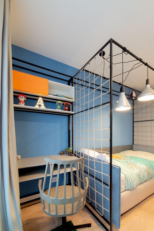 Toate zonele funcționale există în camera băiatului, inclusiv biroul poziționat lângă fereastră.