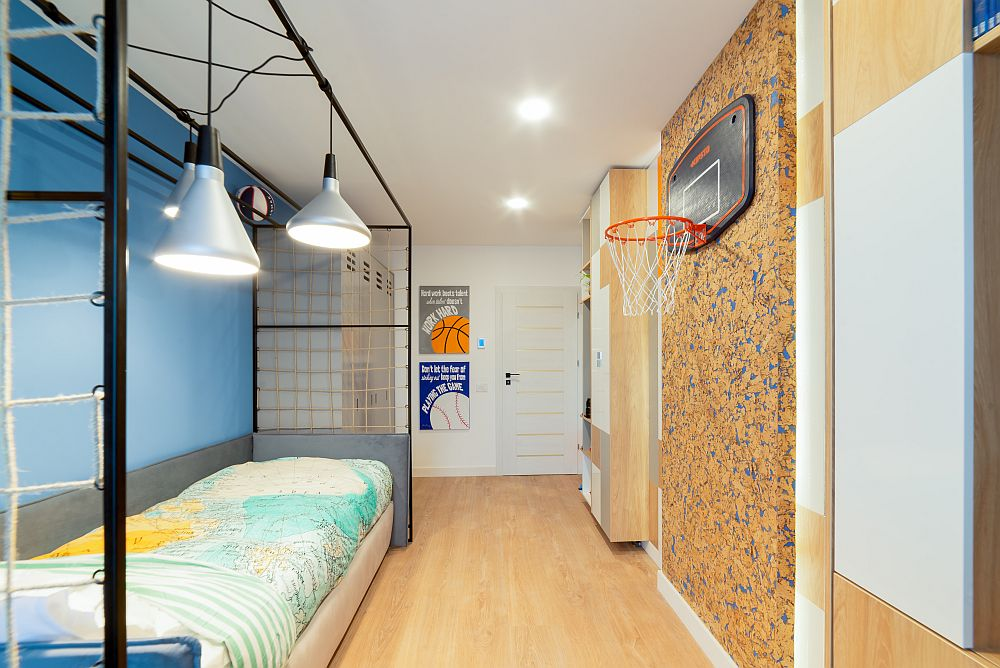 Camera băiatului este mai mult lungă și îngustă, ca atare designerii au gândit toul astfel ca centrul camerei să rămână liber pentru joacă.