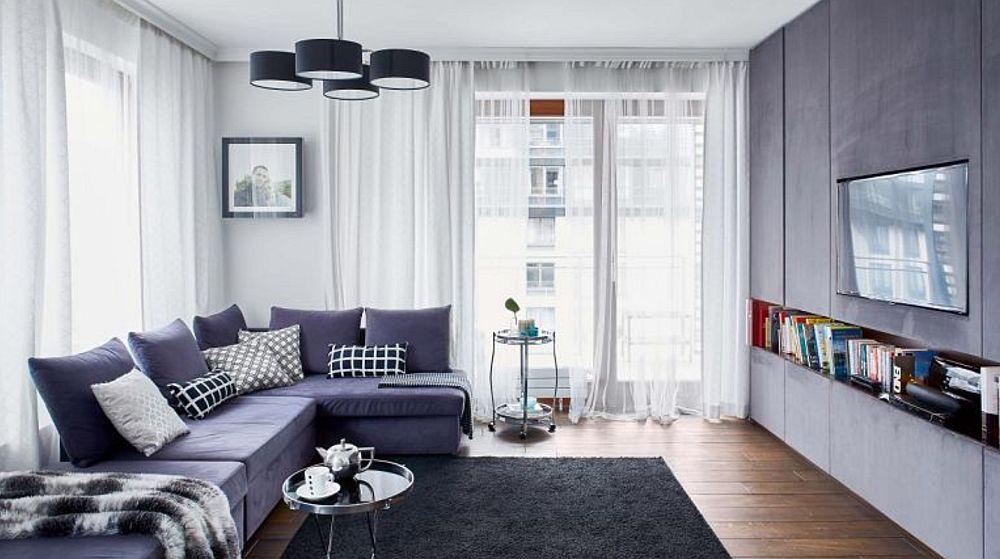 Locul canapelei a fost ales în funcție de ansamblul de mobilier și așezat î dreptul ferestrelor. Prin accesorii textile (covor, perne, pleduri), proprietarii schimbă mereu atmosfera camerei pentru cp suprafețele mari sunt neutre.