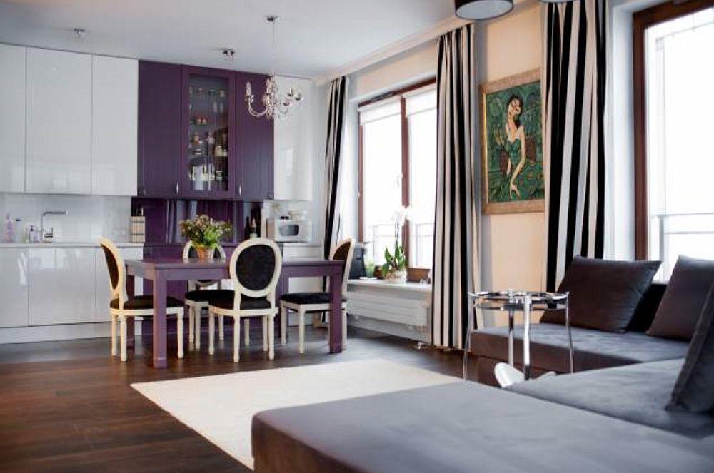 Deschisă către living, bucătăria este parțial separată de locul de luat masa.