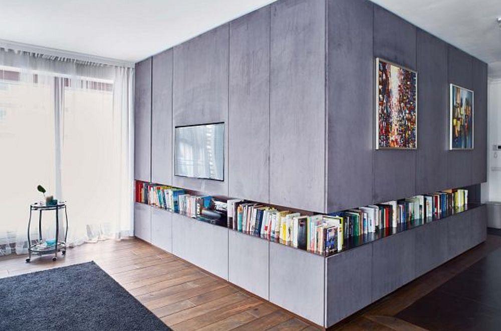 La exterior, pereții camerei copilului sunt acoperiți în întregime de mobilier. Ideea designerului a fost ca toate ușile să fie tapițate cu material similar catifelei, de aici și senzația de confort și de tapet pe care o are întregul ansamblu.