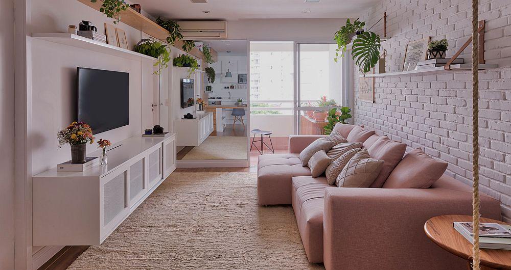 Canapeaua este așezată în dreptul ferestrei care dă înspre balcon. Lângă fereastră suprafețele au fost placate cu oglinzi pentru a da senzația de spațiu mai adânc și luminos. Un truc binevenit, mai ales într-un spațiu mic.
