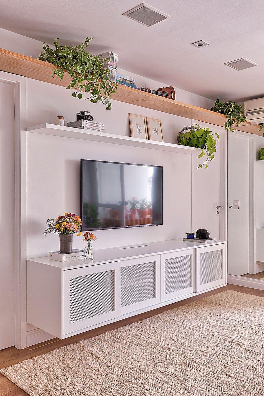 Pentru că spațiul deschis al camerei de zi era deja fragmentat de prezența multor ușir interioare, arhitecții au prevăzut nuanța albă pentru ele, dar și pentru pereții și pentru mare parte din mobilă. Raftul cu textură din lemn de deasupra ușilor interioare leagă încăperea și distrage atenția de la fragmentările date de uși.
