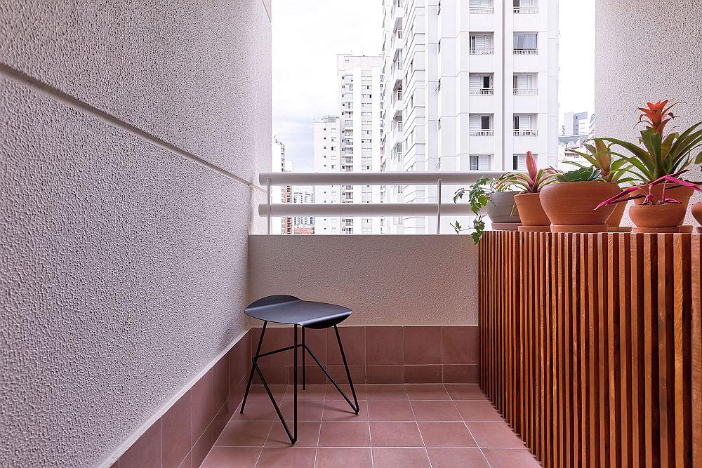 Balconul este un spațiu mic, dar dichisit, cu un mobiier destinat depozitării, dar care are imaginea unei jardiniere.