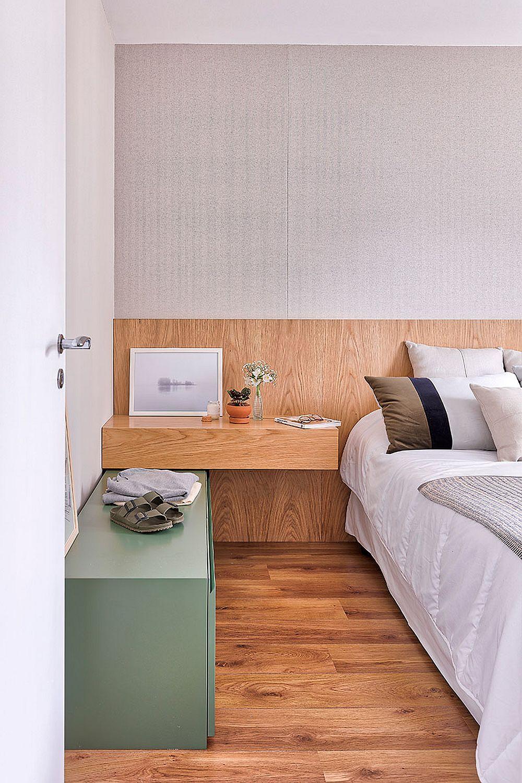 Noptierele sunt inegale pentru că în partea mai accesibilă, lână ușă, sub una dintre noptiere a fost amplasată o comodă cu sertare.