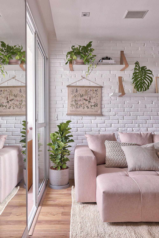 Deasupra canapelei sunt poziționate rafturi mici cu plante, care continuă ideea de mic spațiu verde de pe balcon. Acestea nu obtureaz lumina naturală, ci completează reușit ambianța camerei. Plantele întotdeauna conferă un aer plăcut, proaspăt interiorului.