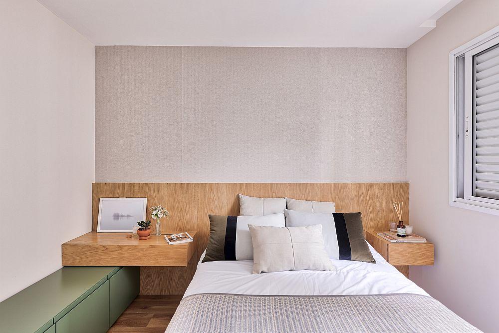 Dormitorul este simplu și ordonat amenajat. Este o încpere mică în care în afara patului nu prea încape mare lucru, așa că arhitecții nu au prevăzut niciun corp de mobilă înalt aici. Au lăsat totul la nivelul parvazului feresstrei, respectiv înălțimea tăbliei de pat.