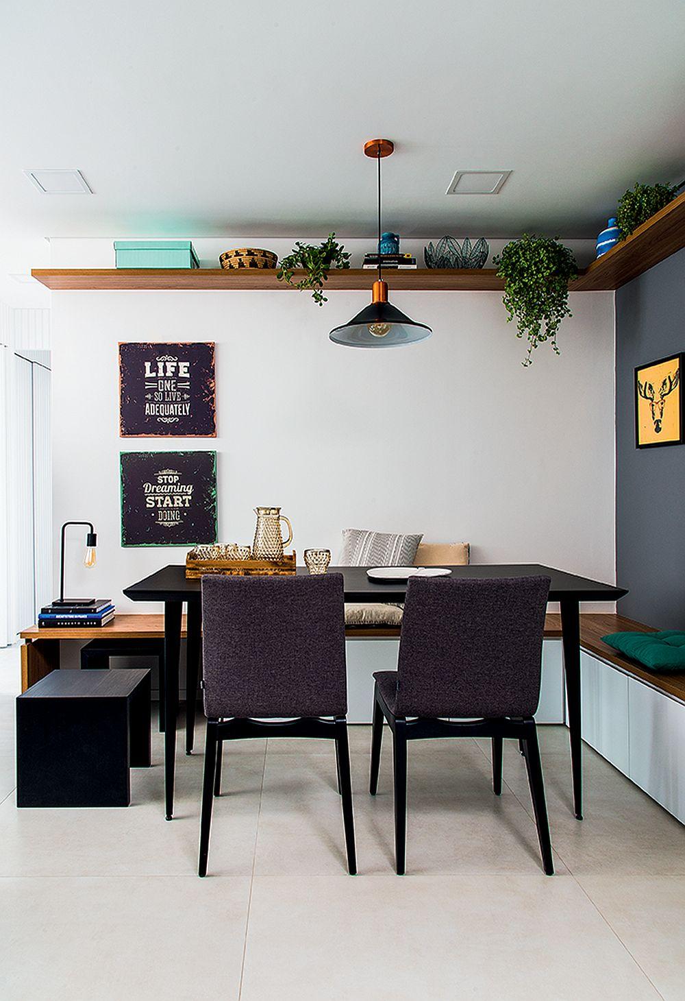 Imediat la intrarea în casă, a fost amenajat un colț pentru masă. Această zonă comunică deschis către o parte a bucătăriei și mai departe cu zona pentru tv. Banchetele pot fi folosite ca spațiu de depozitare, iar locurile fixe dispuse pe lângă perete salvează din spațiu.