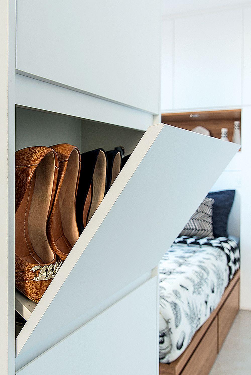 Către dormitor, în ansamblul de mobilier cu rol de cuier se află și pantofarul. Totul este bine organizat în acest spațiu mic. Evident toată mobila a fost realizată pe comandă după proiectul arhitectei.