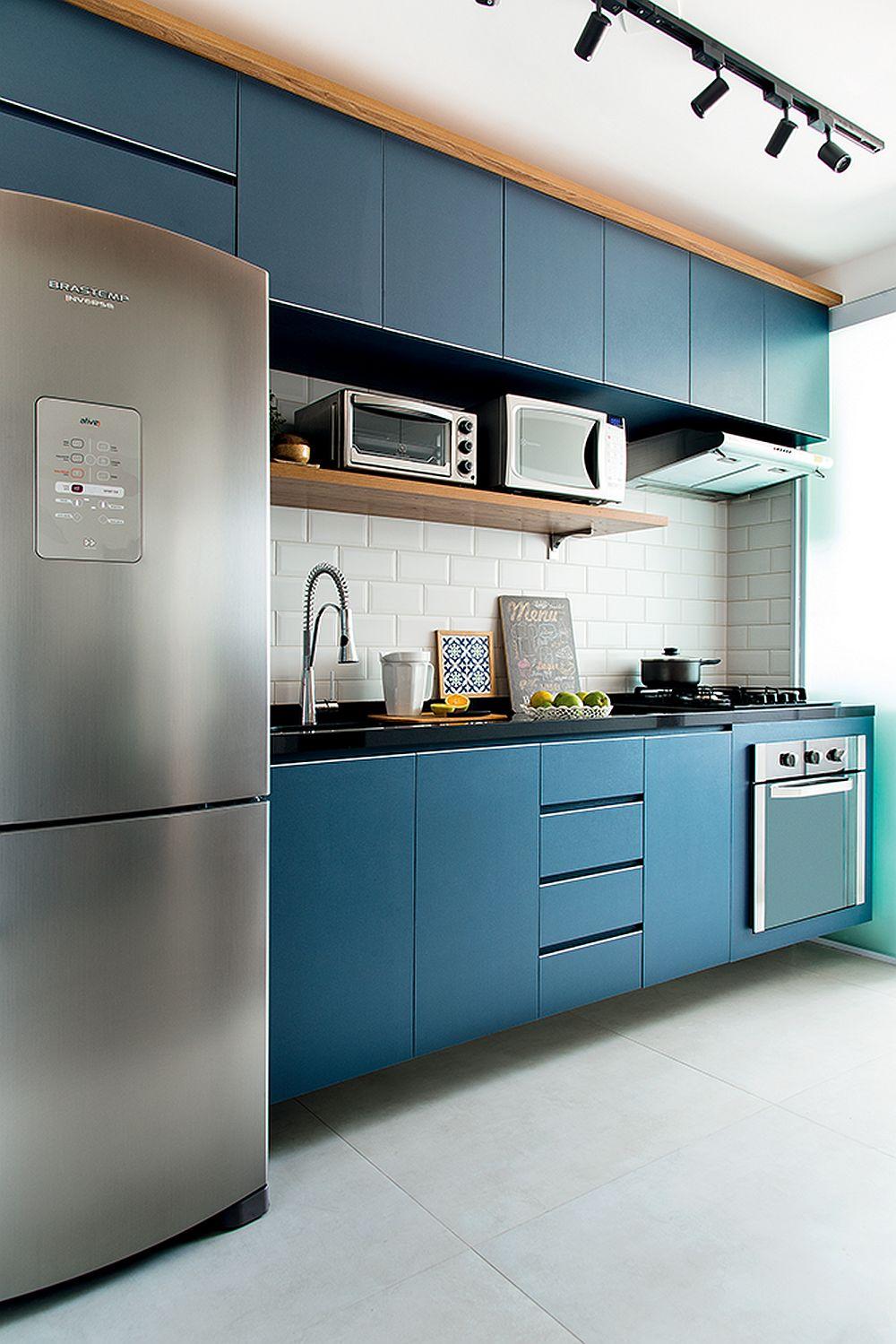 Pentru că spațiul bucătăriei se vede în mare parte încă de la intrarea în casă, tinerii și-au dorit o culoare mai deosebită pentru mobilier. Arhitecta care a proiectat spațiul a avut în vedere ca mobilierul în partea de jos să fie suspendat pentru a da impresia că plutește și ca atare pardoseala să fie percepută ca fiind mai mare, deci iluzia unui spațiu mai amplu.