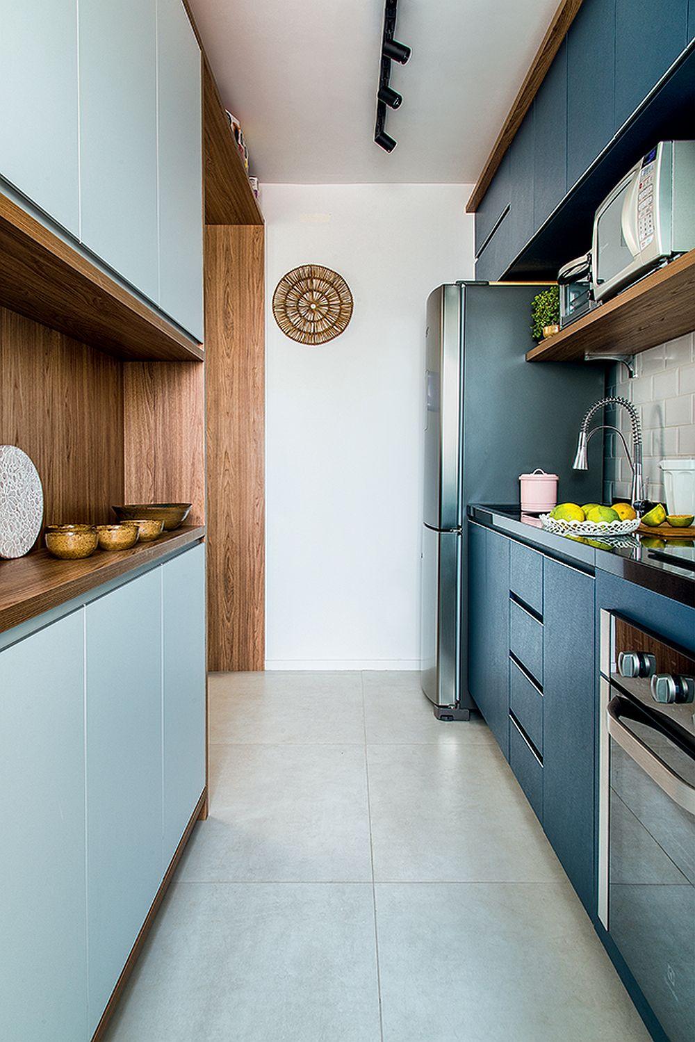 Bucătăria este mică și îngustă, dar mobilierul poziționat pe ambele laturi oferă suficient loc de depozitare.