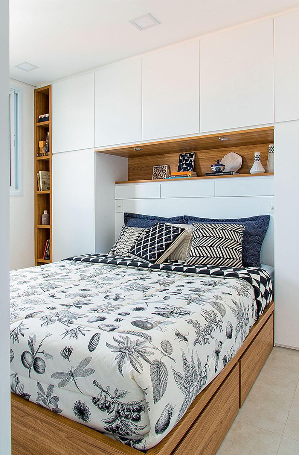 Pentru mai mult spațiu de depozitare, patul din dormitor este încadrat de mobilier. Nicio zonă nu a rămas nefolosită. Dacă de o parte și de alta sunt dulapuri pentur haine, tăblia patului include sertare.