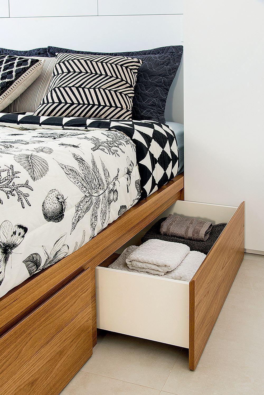 Spații suplimentare de depozitare sunt și la nivelul bazei patului. Sertarele mai mici și mai multe prind bine oricând într-un spațiu mic fiind mai accesibile decât un singur sertar mai mare.