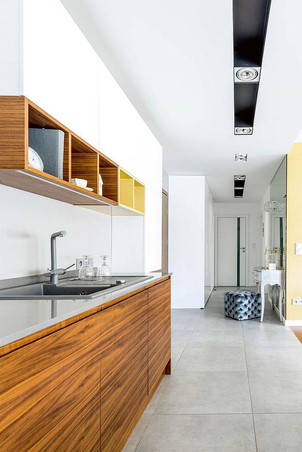 Vedere dinspre bucătărie către hol și baie.