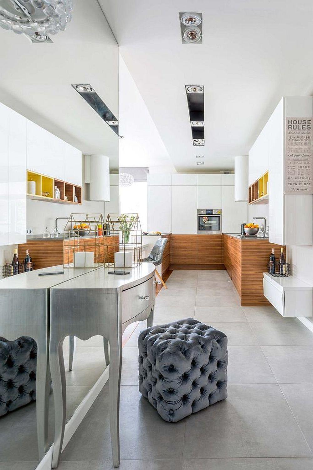 Vedere dinspre hol (zona de intrare) înspre bucătărie. De remarcat faptul că placarea cu oglinzi a peretelui din hol schimbă perspectiva.