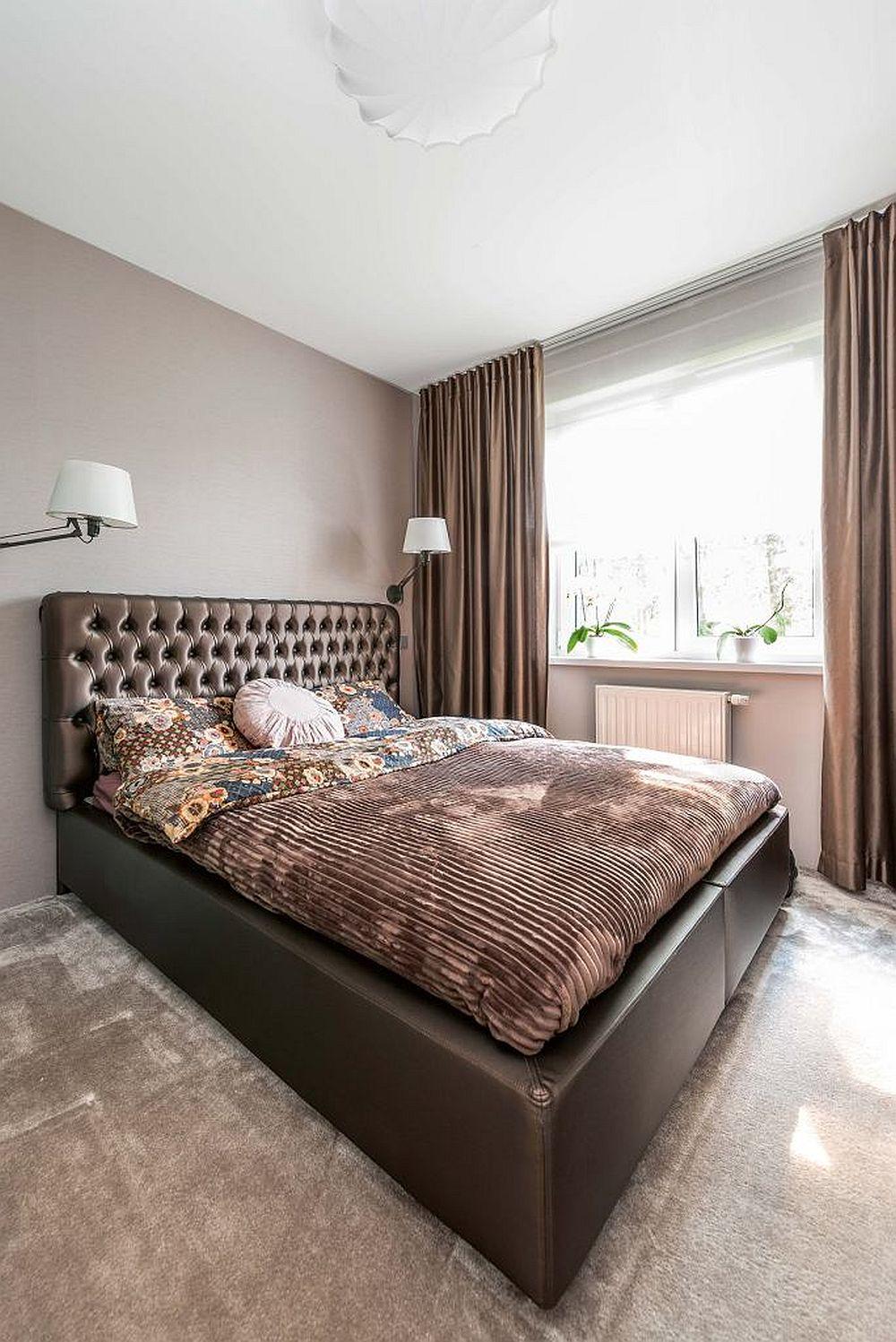 Dormitorul matrimonial amenajat cu mochetă la nivelul pardoselii.