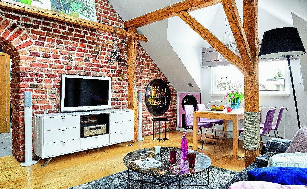 Sufrageria este situată lângă fereastră, acolo unde panta acoperișului nu incomodează în poziția șezând. Pentru a amplifica lumina naturală, această zonă de perete este vopsită în alb, la fel ca și plafonul.