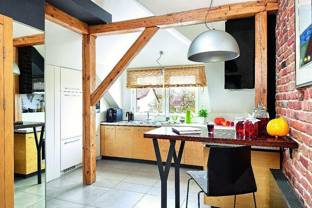 Bucătăria este la vedere din holul de intrare, separată parțial de mobilier. De remarcat faptul că sub panta acoperișului mobilierul și electrocasnicele sunt încastrate.