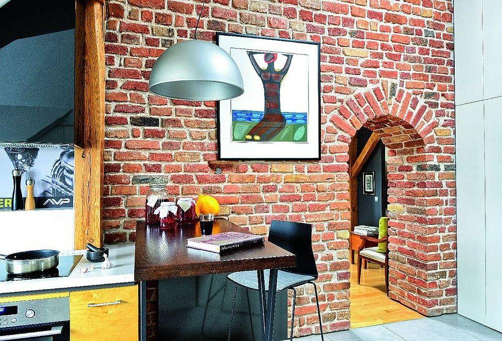 Din bucătărie, către hol există un loc de luat masa de tip bar (în zona mai înaltă a spațiului). Către living nu există ușă, accesul se face printr-un gol tratat cu o deschidere de tip arcadă descoperit în urma decopertării tencuielii.