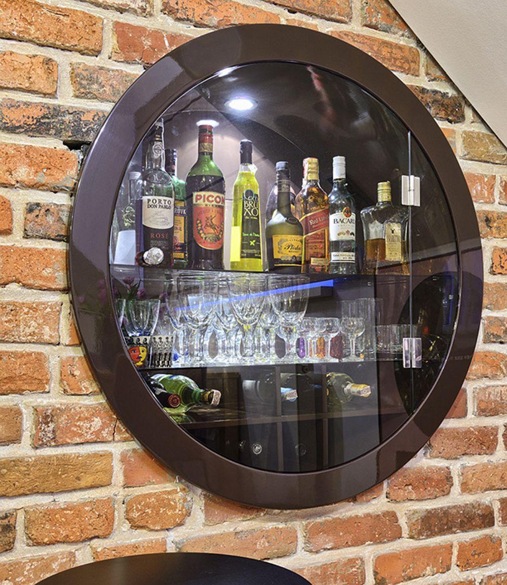 O idee binevenită într-un spațiu mic: o vitrină încastrată în perete pentru băuturi.