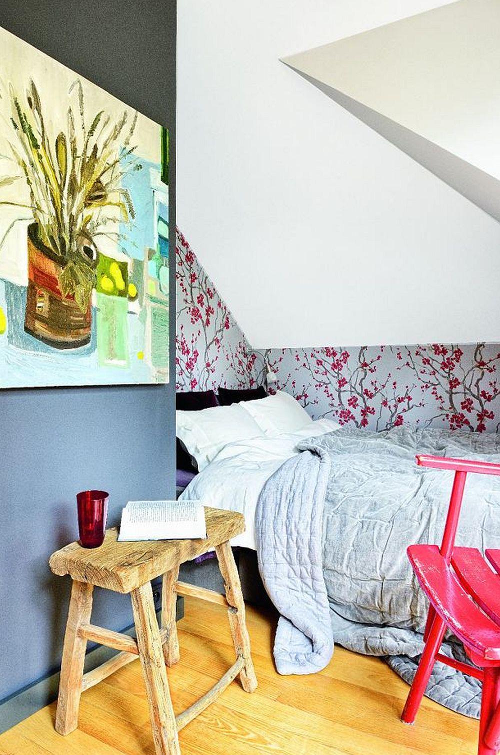 Dormitorul este mobilat cu strcitul necesar, iar pentru pat s-a făcut un compromis, respectiv el poate fi accesat doar pe o singură latură. Spațiul este mic, dar folosit la maximum, de partea opusă a patului fiind un dulap.